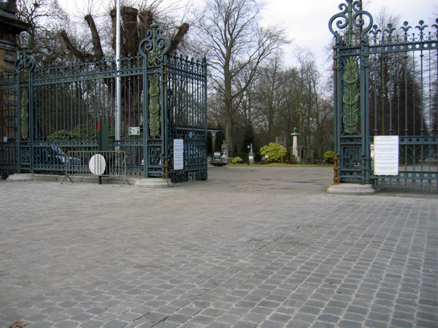 Sculptures et pierres tombales au cimetière de Bruxelles à Evere